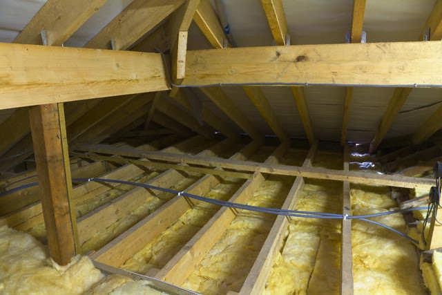 Утеплеине потолков в деревянном доме