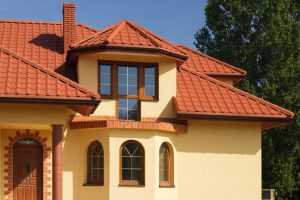 Крыша из металлочерепицы обеспечивает защиту дома от ветра, дождя и снега